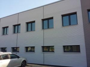 Elewacja budynku z blachy falistej w Komornikach