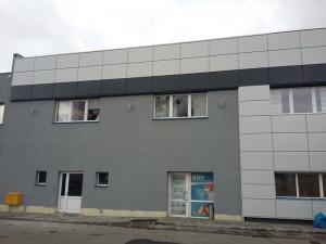 Wykonanie fasady z kasetonów stalowych Pruszyński