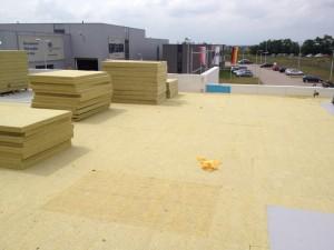 Praca nad pokryciem dachowym z membrany PVC